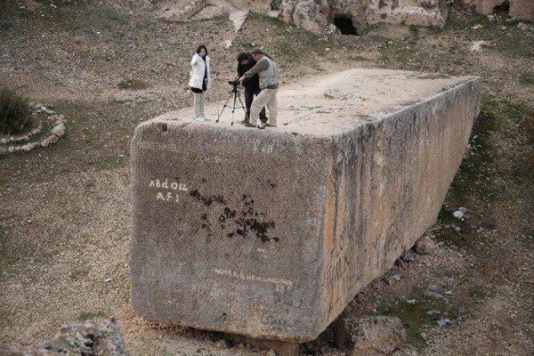 Как перемещали огромные глыбы, похожие на этот блок из комплекса Баальбек?