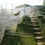 скала с бассейном наверху и кирпичная лестница (V в.н.э.) к ней