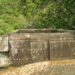резьба по камню на вершине скалы рядом с бассейном