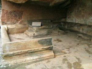 резьбы по каменному полу в пещере и на глыбе в Саду валунов